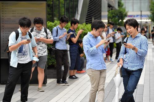 【秋葉原】日本でも「ポケモンGO」が配信され、誰かがアイテムを使うとポケモンが出現しやすくなるため、特定の場所に多くの人が集まった=2016年7月22日、東京・秋葉原、日吉健吾撮影