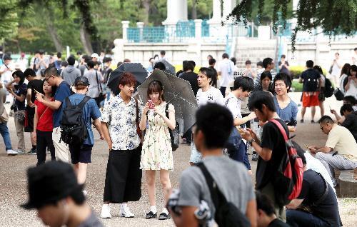 【聖地】鶴舞公園で「ポケモンGO」を楽しむ人たち=2016年7月24日、名古屋市昭和区、細川卓撮影