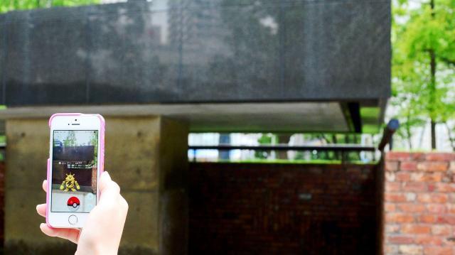 阪神・淡路大震災の犠牲者の名前を刻んでいる「慰霊と復興のモニュメント」のそばでも、ポケモンが現れた=2016年7月25日、神戸市中央区