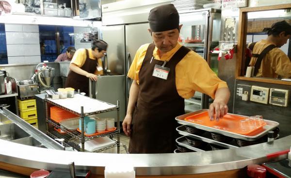 社長の佐藤さんも調理に立つ