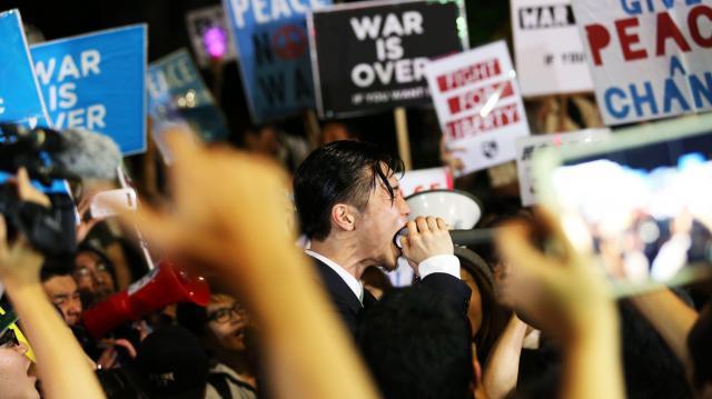 国会前のデモで、安保法制反対を叫ぶ奥田愛基さん=2015年9月15日、東京都千代田区、関田航撮影
