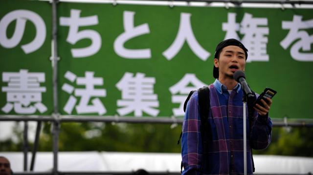 憲法記念日のイベントでスピーチする奥田愛基さん=2016年5月3日、東京都江東区、金居達朗撮影