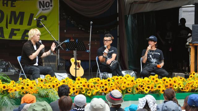 2015年のアトミック・カフェで話す(左から)津田大介さん、TOSHI-LOWさん、細美武士さん=湯沢町
