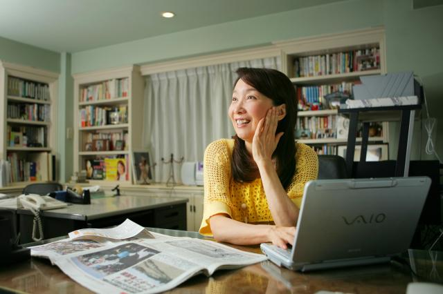 自宅で仕事をするアグネス・チャンさん=2008年