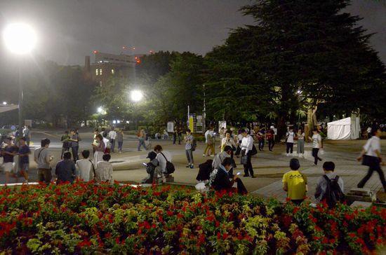 夜中の公園とは思えないほどにぎわう鶴舞公園。こちらの方が「世にも奇妙な」感ありますね……=7月27日午後10時49分、名古屋市