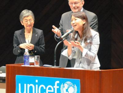 熊本市であったユニセフシンポジウムで登壇したアグネス・チャンさんとアンソニー・レーク事務局長=2013年