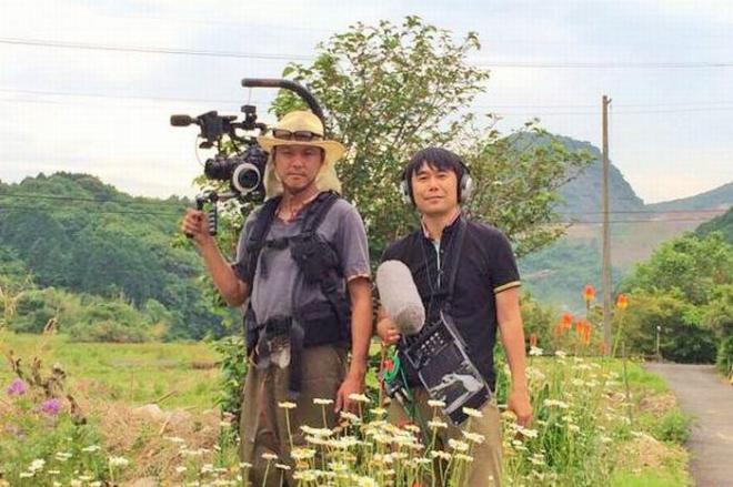 ダム映画に取り組む山田監督(右)と百々カメラマン
