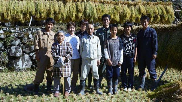白黒写真の少年、松本好央さん(右から4番目)一家