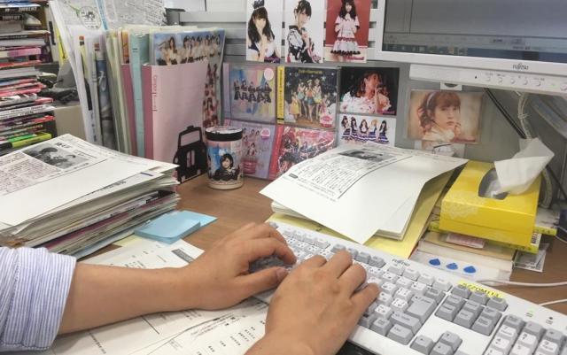 桝井デスクの机まわりには、ヲタグッズが並ぶ。「推しに背中を押してもらって、仕事頑張っています」