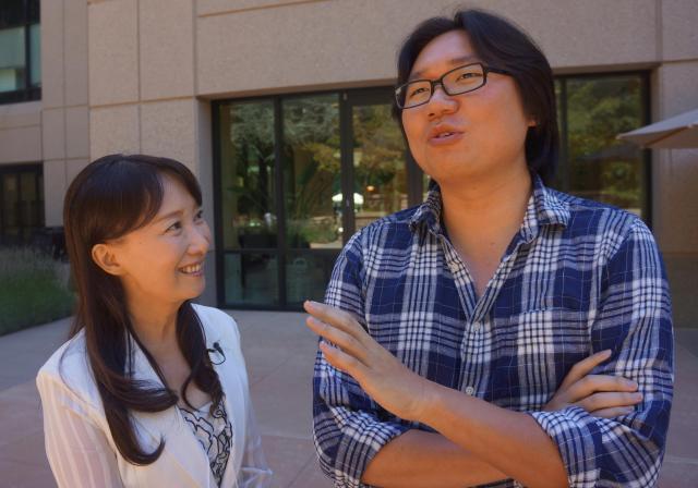 米スタンフォード大で、長男の金子和平さん(右)と語らうアグネス・チャンさん=2013年