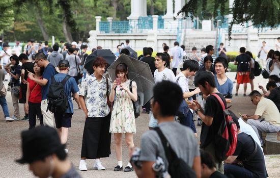 公園で「ポケモンGO」を楽しむ人たち=7月24日午前、名古屋市