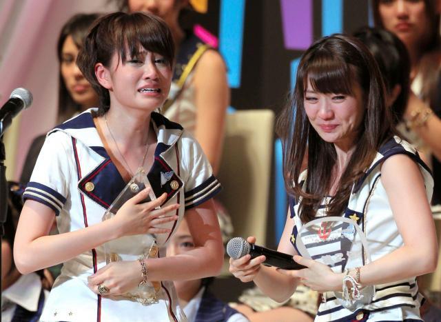 2011年の第3回AKB総選挙で1位に返り咲いた前田敦子さん(右)と2位の大島優子さん=2011年6月9日、東京都千代田区
