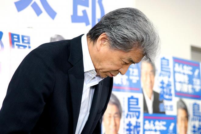 落選が決まり支援者らに頭を下げる鳥越俊太郎氏=2016年7月31日