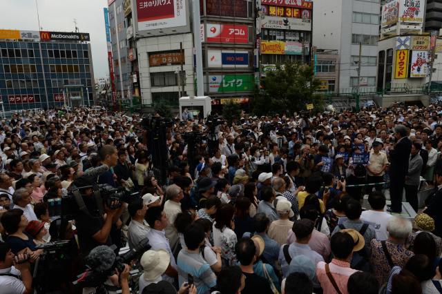選挙期間中、候補者の演説に耳を傾ける人たち=7月16日、東京都内