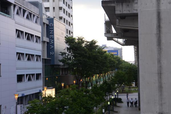 音響を増強したa studioがあるシネマ・ツー。ガラス張りの建物の1階にはカフェが入る=東京都立川市曙町2丁目