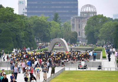 オバマ米大統領の訪問から一夜明け、多くの修学旅行生や外国人観光客らが訪れた平和記念公園=2016年5月28日