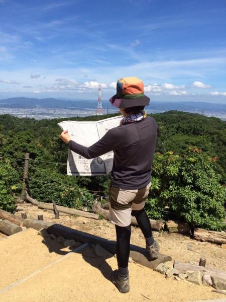 高槻市の #ポンポン山 で #かっこよく新聞読む 景色と知識を楽しむ #うまいこと言った #ポンポン山の由来は歩くとポンポンと音したらしい