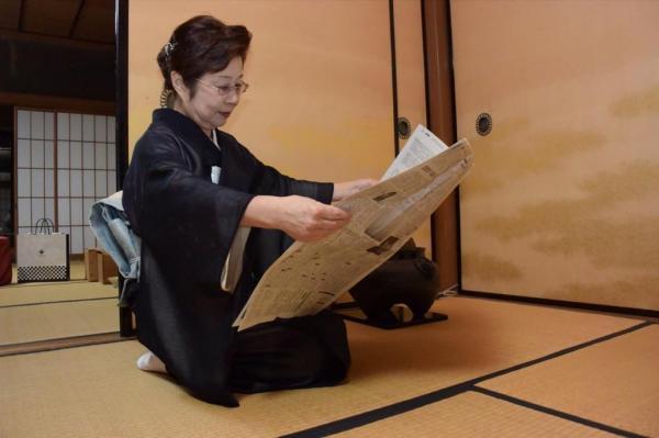 【読者投稿】茶道の先生が新聞を読まれていました♪品を感じます♪ #かっこよく新聞読む