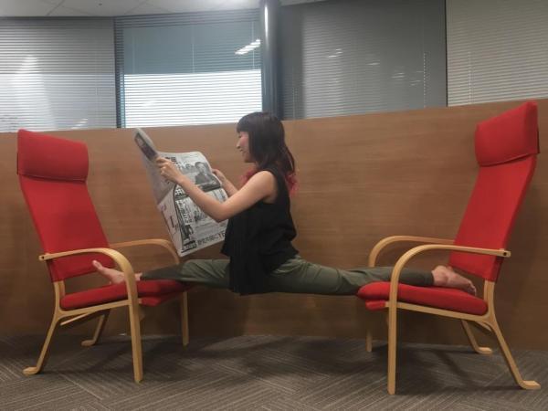 ポールダンサーは縦スプリットで #かっこよく新聞読む #ポールダンサーは開脚とは言わない