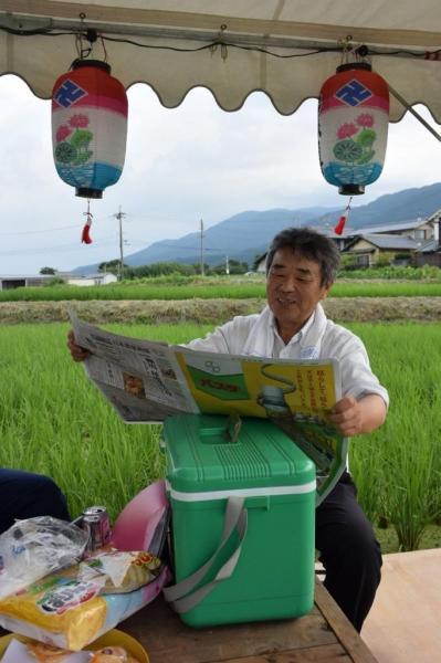 【読者投稿】今日は地蔵盆。お世話をしていただいた役員さんが新聞を読んでおられました。 #かっこよく新聞読む