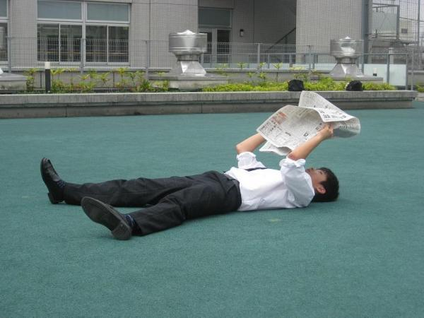 屋上で #かっこよく新聞読む