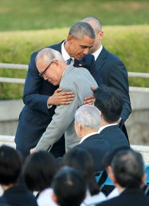 被爆者の森重昭さんを抱き寄せるオバマ大統領 =2016年5月27日