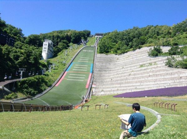 【読者投稿】大倉山でジャンプしているのを待ってる間に #かっこよく新聞読む してた。ジャンプするの初めて生で見て、かっこよかったなぁ