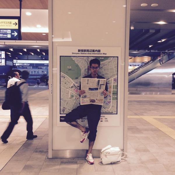 【読者投稿】新宿で、人待ちながら #かっこよく新聞読む