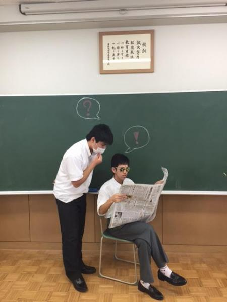 お友達とふむふむ #かっこよく新聞読む
