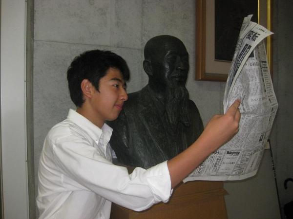 偉人と一緒に #かっこよく新聞読む
