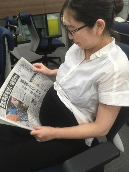 妊婦さんも #かっこよく新聞読む 妊婦の後輩「分娩台で #かっこよく新聞よむ します!」と言ってくれています。いやいや母子の健康最優先でお願いします!!
