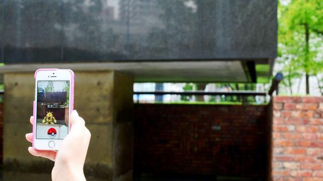 阪神・淡路大震災の犠牲者の名前を刻んでいる「慰霊と復興のモニュメント」のそばで現れたポケモン=2016年7月25日、神戸市中央区