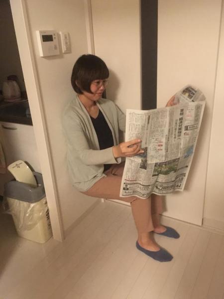 イスがなくても #かっこよく新聞読む
