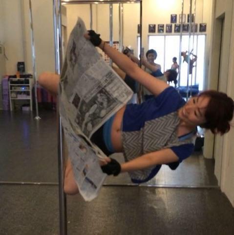 ポールダンサーはポールの上で #かっこよく新聞読む