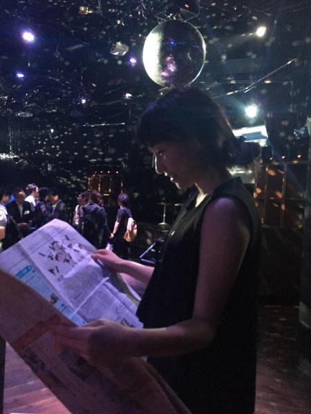 花金です♪ クラブで #かっこよく新聞読む