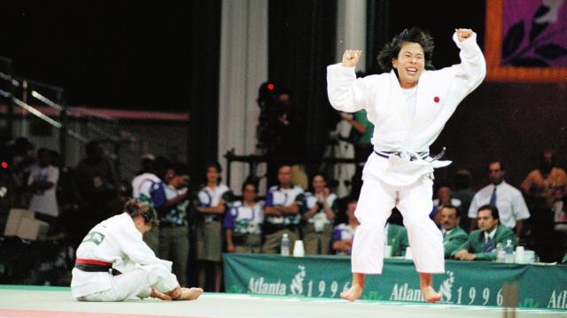 アトランタ五輪の女子柔道61キロ級決勝でバンデカバイエ選手を破り、喜びを爆発させる、恵本裕子