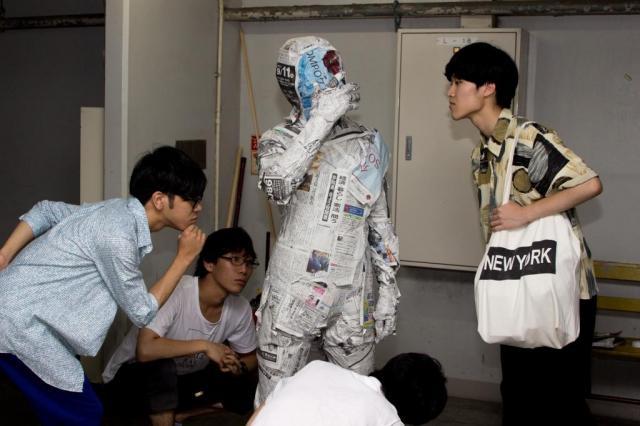 「新聞を読んだら知識が身につくことを表現した」と近畿大学写真部の奥山覚司さん(20)