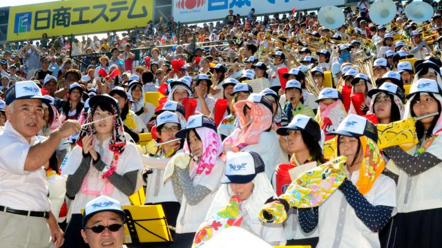 2012年8月の第94回大会で浦添商を応援する尼崎市立尼崎高吹奏楽部=阪神甲子園球場