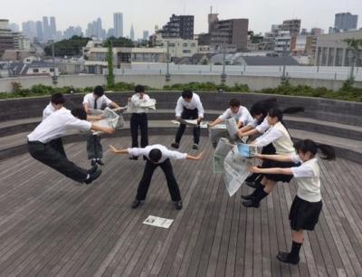 「たくさんの情報が詰まった新聞から『衝撃を受ける様子』を写真にしたかった」と専修大学付属高校(東京都)2年の横山広忠さん(16)