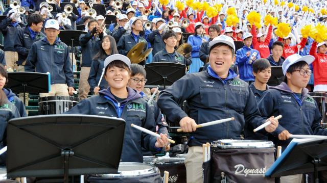 阪神甲子園球場で演奏する環太平洋大マーチングバンド部の部員ら=2016年3月24日、阪神甲子園球場