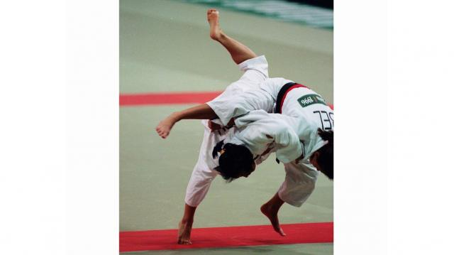 1996年夏、アメリカ・アトランタで第26回夏季オリンピック大会が開催された。7月23日の柔道女子61キロ級で優勝した恵本裕子選手(左)。女子柔道は前回のバルセロナ五輪から正式種目となったが、恵本選手が日本女子柔道史上初の金メダル1号となった