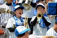 笑顔の東海大甲府の吹奏楽部員=2015年8月13日、阪神甲子園球場