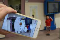 スマホを使って3Dの動物たちと記念写真が撮影する、6歳の大石樹(いつき)君=6日、埼玉県飯能市