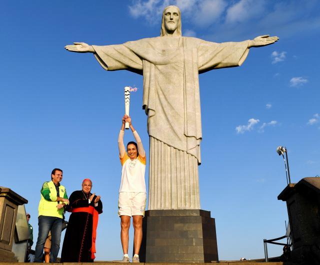 リオデジャネイロの観光名所、コルコバードの丘に着いた聖火=2016年8月5日、諫山卓弥撮影