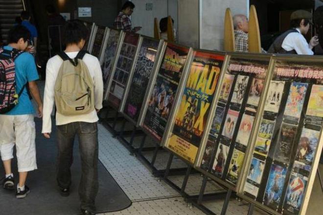 上映作品のポスターなどが並ぶ館内