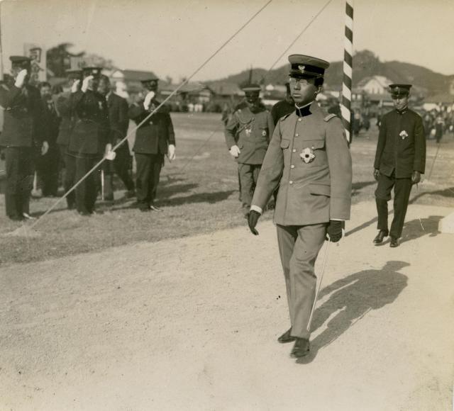 陸軍特別大演習後の四国旅行で、松山高等学校(旧制)を訪れた皇太子時代の昭和天皇=1922年11月24日