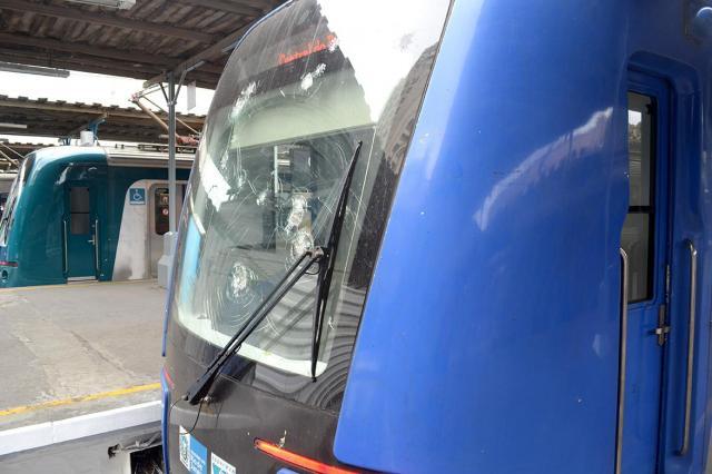 窓ガラスが割れたまま走る地上電車=寺島隆介撮影