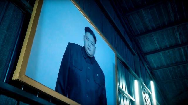 ビデオに出てくる独裁者のようなキャラクターの肖像画