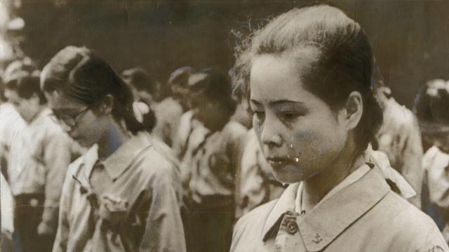 終戦の詔勅を聞く動員の女学生