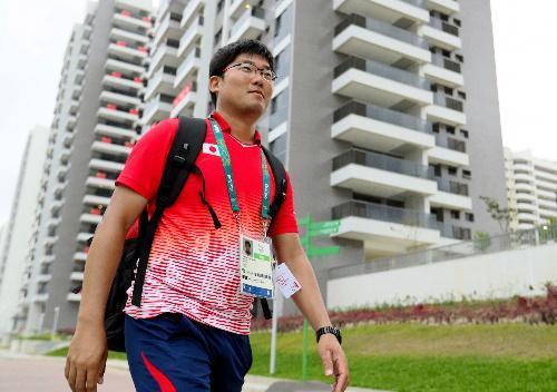 練習を終えて選手村の日本が入る棟に戻るアーチェリー日本代表の古川高晴=2016年8月2日、ブラジル・リオデジャネイロ、西畑志朗撮影